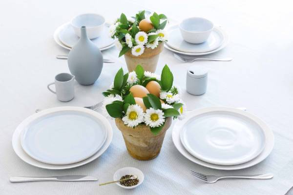 This fresh take on a traditional Easter centrepiece uses mini chrysanthemums and hard-boiled eggs. Simply fill a small ...