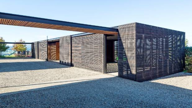 The aesthetic of the timber screens is echoed in another new building on the Clevedon property, which accommodates garaging, a gymnasium and office.